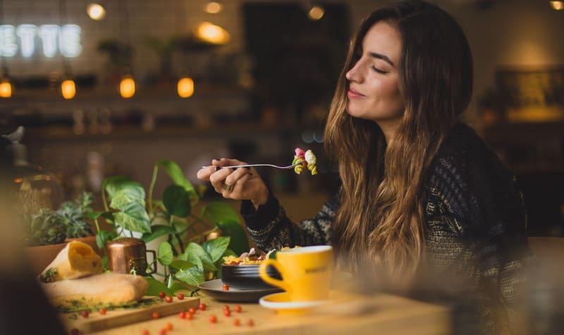 Jak na detox? Hodně pít, vyhýbat se syrovým jídlům při únavě a večer a hlavně – pořádně žvýkat!